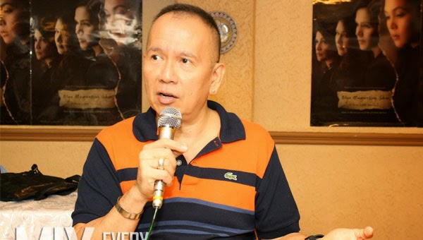 Direk Joey Reyes halted by security personnel from leaving Uniqlo shop after alarm was triggered
