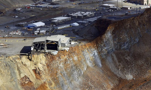 Landslide_Bingham_Canyon_mine_2013_photo