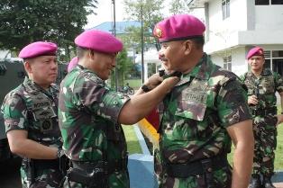 Komandan Pasmar-2 Terima Penyematan Brevet Artileri Amfibi dan Brevet Kavaleri Amfibi Korps Marinir