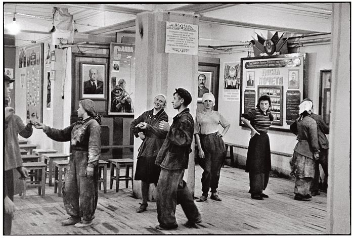 Black & White Photos of Soviet Union in 1954 by Henri ...