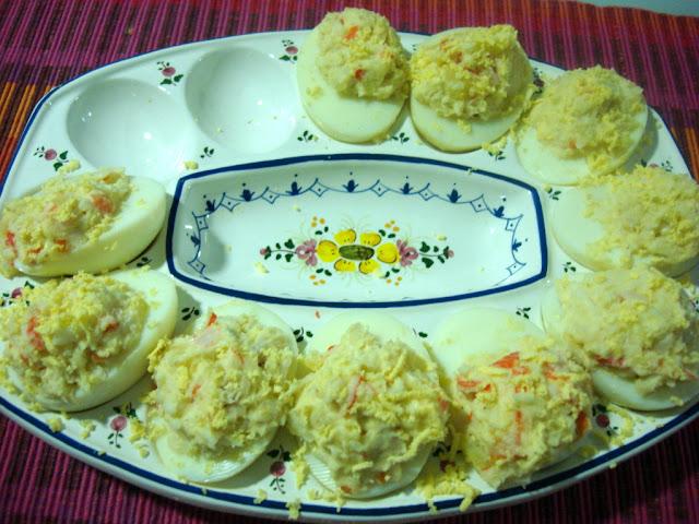 Huevos rellenos con ensaladilla de merluza for Bandejas para huevos