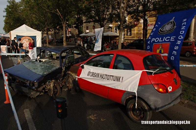 Két összetört autó hívja fel a figyelmet a sebesség veszélyeire,Budapesten az Andrássy úton megrendezésre került Autómentes Napon.