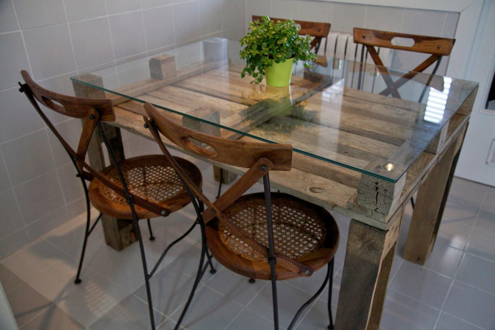 Mesa elaborada con palets reciclados
