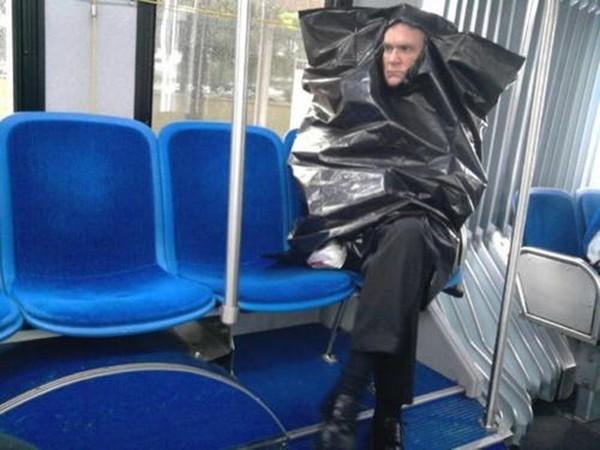 Orang berpakaian dengan tas kresek
