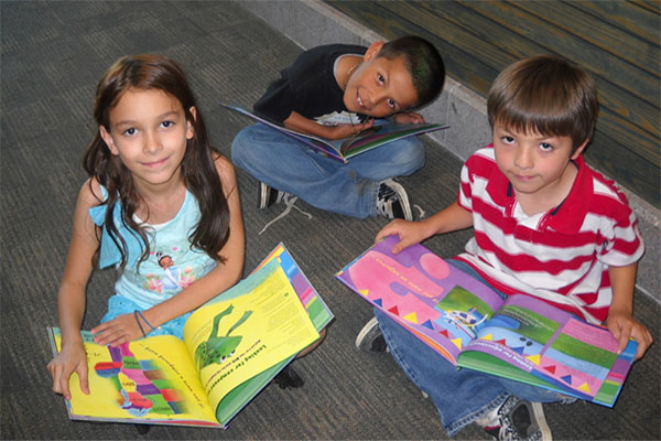 دليلك لاختيار اللعبة المناسبة لطفلك 2nd-grade-reading.jpg