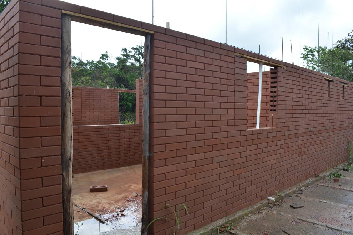 parte das janelas foram colocados tijolos canaletas temporariamente  #437788 1200 801