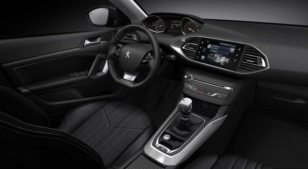 в салоне у нового  Peugeot 308 2013 года выпуска