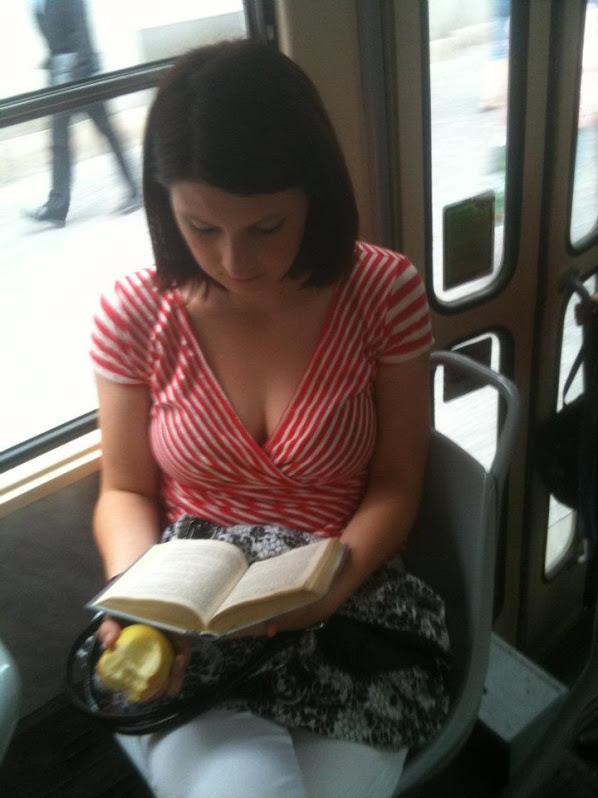 Cestující čtenářka s jablkem