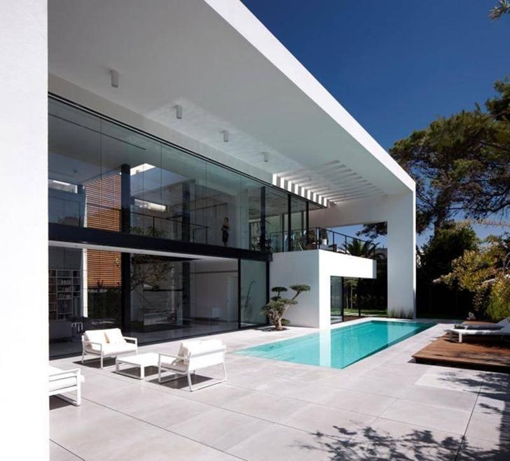 Backyard terrace in Modern Bauhaus Mansion In Israel