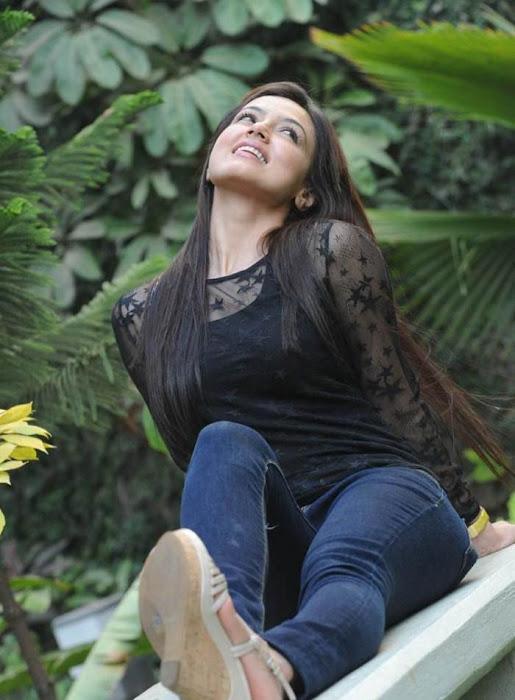 sana khan close up glamour  images