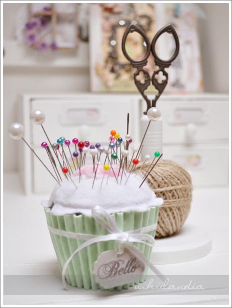 poddasze ushii - sypialnia kąt kraftowy, babeczka igielnik DIY, retro nożyczki / ushii attic - craft corner in bedroom, cupcake pincusion DIY