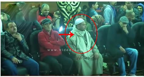 رجل يرتدي جلباب في عزاء ممدوح عبد العليم فلن تتخيل ماذا فعل به الامن
