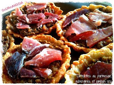 image Tartelettes de parmesan, à la compotée d'aubergine et jambon cru