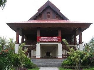 Rumah Adat Gorontalo rumah adat doloupa gorontalo 300x224 Gambar Rumah Adat Indonesia