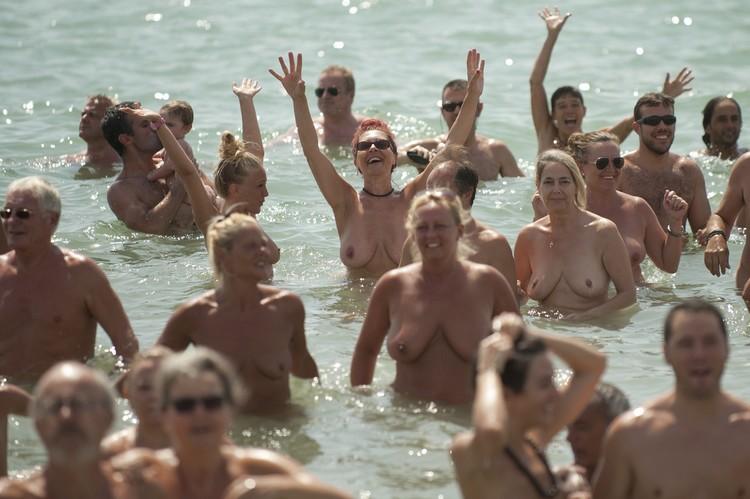 Фото с сайта zoom.ideal.es. В Испании поставили рекорд: 729 нудистов собра