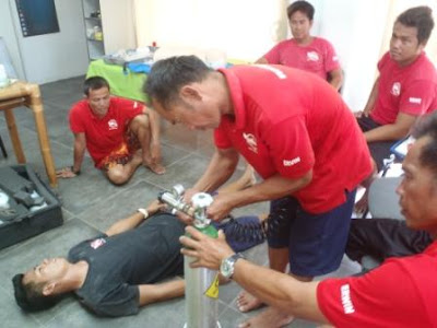 Providing Oxygen to a unresponsive diver