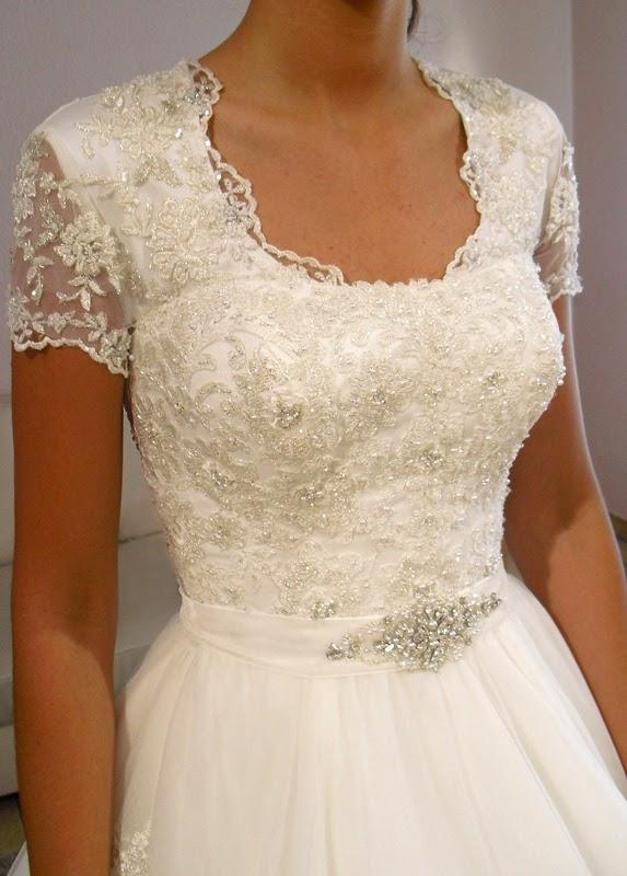 Brautkleid Änderung in unserem Brautstudio. Aus trägerlos wird ein Ärmelkleid