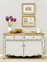 Decoración fresca y sencilla con candelabros, cuadros y cuencos