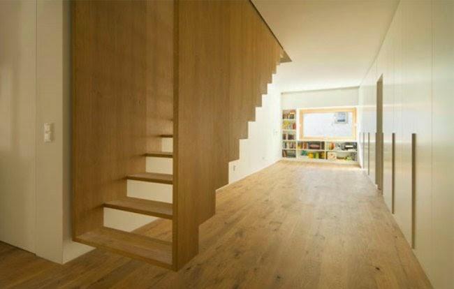 escalera de madera volada cuyos peldaos parecen sobresalir del muro