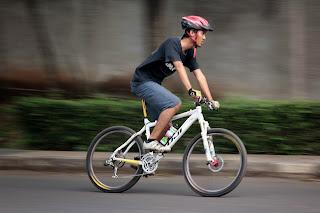 Bersepeda di jalan raya bintaro