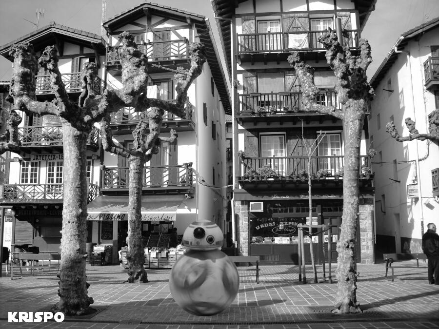 foto en blanco y negro del nuevo droid redondo BB8 en calle san pedro de hondarribia