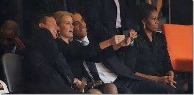 """Todos sabemos que el presidente Obama a dejado claro que usa un dispositivo BlackBerry y que no piensa en cambiar su dispositivo por razones de seguridad, y Parece que los dispositivos BlackBerry siguen siendoel camino a seguir en el gobierno Estadounidense. Hay un poco de controversia ya que en la ceremoniaconmemorativa a Nelson Mandela de hoy se vio al primer ministro británico David Cameron, la primera ministra de Dinamarca Helle Thorning-Schmidt y el presidente Obama posando para una """"selfie"""" tomada con un BlackBerry Z10. Como sabemos, el presidente Obama usa un BlackBerry Bold 9900, por lo que no es probable"""