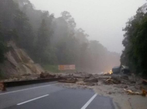 Tanah runtuh halang laluan di Kilometer 52.5 Lebuhraya Karak