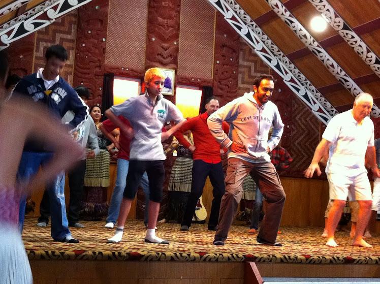 ร่วมแสดงเต้นรำแบบชนเผ่าเมารี