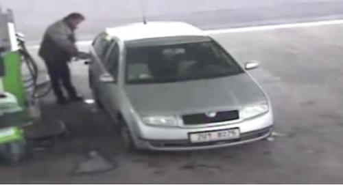 Roda em alta velocidade atropela cliente de posto de combustível