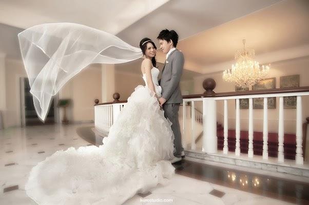 Foto Pre Wedding Di Dalam Rumah Lantai Atas Tangga