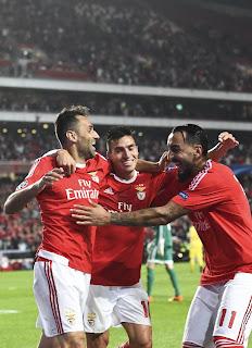 Gaitán (centro) e Mitroglou (direita) fizeram os gols do Benfica no jogo contra o Astana (Foto: AFP/Francisco Leong)