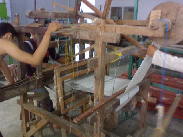 mesin tenun kayu tradisional