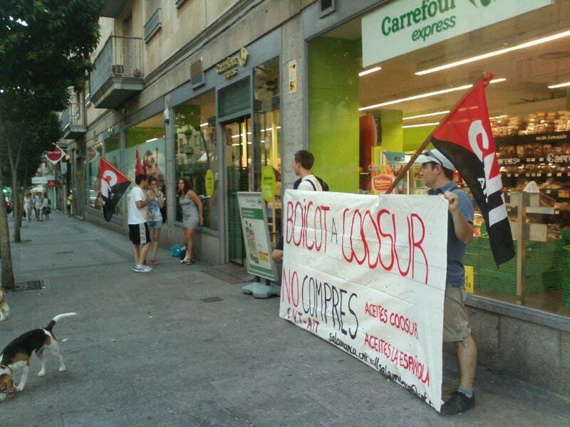 """http://www.facebook.com/pages/Anarquistas/378066755607147 Nuevo acto contra el despido de un huelguista en Acesur  coosur-salamanca,http://www.facebook.com/pages/Anarquistas/378066755607147 Nuevo acto contra el despido de un huelguista en Acesur Nuevo acto contra el despido de un huelguista en Acesur coosur-salamanca Una decena de compañeras y compañeros del Sindicato de Oficios Varios de Salamanca (CNT-AIT) nos hemos concentrado en las puertas del nuevo establecimiento de Carrefour en la Gran Vía para informar del conflicto abierto contra Acesur por el despido de un trabajador por hacer huelga. Se ha informado del llamamiento al boicot contra todos los productos Acesur: Coosur, Coosol y La Española. Una vez más, el SOV de Salamanca (CNT-AIT) ha prestado solidaridad al conflicto que mantiene desde hace meses el SOV de Jaén (CNT-AIT) contra Acesur, desde que despidiera a un trabajador por secundar la Huelga General del 29M. El Sindicato ha realizado una nueva acción informativa para dar a conocer el llamamiento al boicot de las marcas Acesur y especialmente de los diferentes aceites de la marca Coosur. Este llamamiento al boicot se entiende como un medio de presión a la empresa para que readmita al trabajador; y, por tanto, como un medio de expresión de la solidaridad de los trabajadores y trabajadoras contra las empresas que despiden a los trabajadores que reclaman y luchan por los derechos de todas y todos. Además, se están aprovechando estos actos para informar de la calidad real de los productos Acesur. Por un lado la OCU emitió un informe a finales de 2012 en el que informaba que Coosur, junto a otras marcas, engañaba a sus consumidores en el etiquetado de su aceite de oliva """"virgen extra"""", pues se trataba simplemente de aceite de oliva """"virgen"""". La diferencia de este aceite, respecto a otros con etiquetado fraudulento, es que la OCU recomienda al consumidor no comprarlo. Por otro lado, Greenpeace emitió otro informe en agosto de 2012 en el que informaba del uso"""