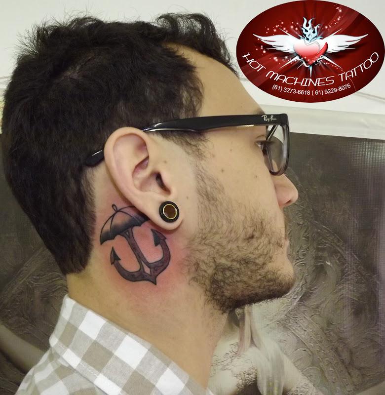 Tattoo Âncora / guarda-chuva no pescoço title=