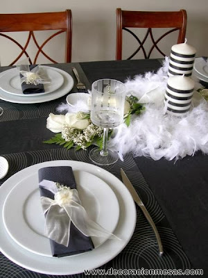 decoracion mesa blanco y negro con plumas