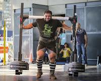 Vegano quebra o recorde mundial ao carregar 550 kg por 10 metros