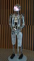 Un robot muy salao te da la bienvenida