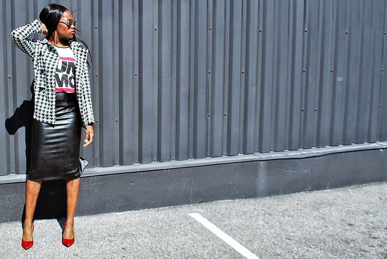 Look sporty chic veste pied de poule jupe simili cuir escarpin rouge léopard