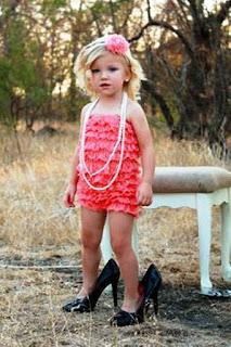 Foto Gambar Bayi Pakai Sepatu High Heels Kebesaran 2