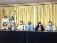 Os funcionarios de Familia e o sindicalista Pablo Valeiras, hoxe nunha rolda de prensa E.V.PITA