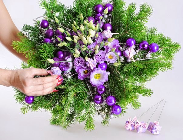 """CHRISTMAS BOUQUET ON FRAME """"STAR"""" OF WIRE"""