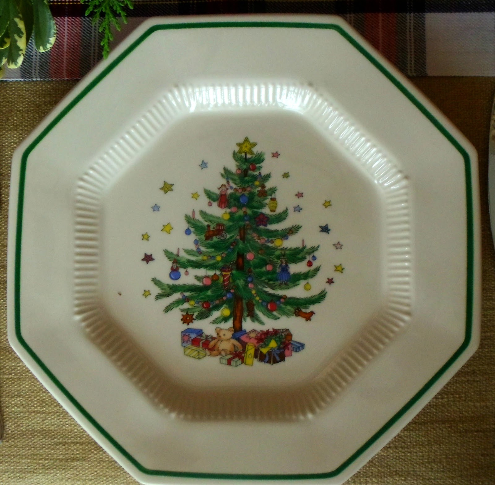 Upstairs Downstairs: Christmas Tablescape