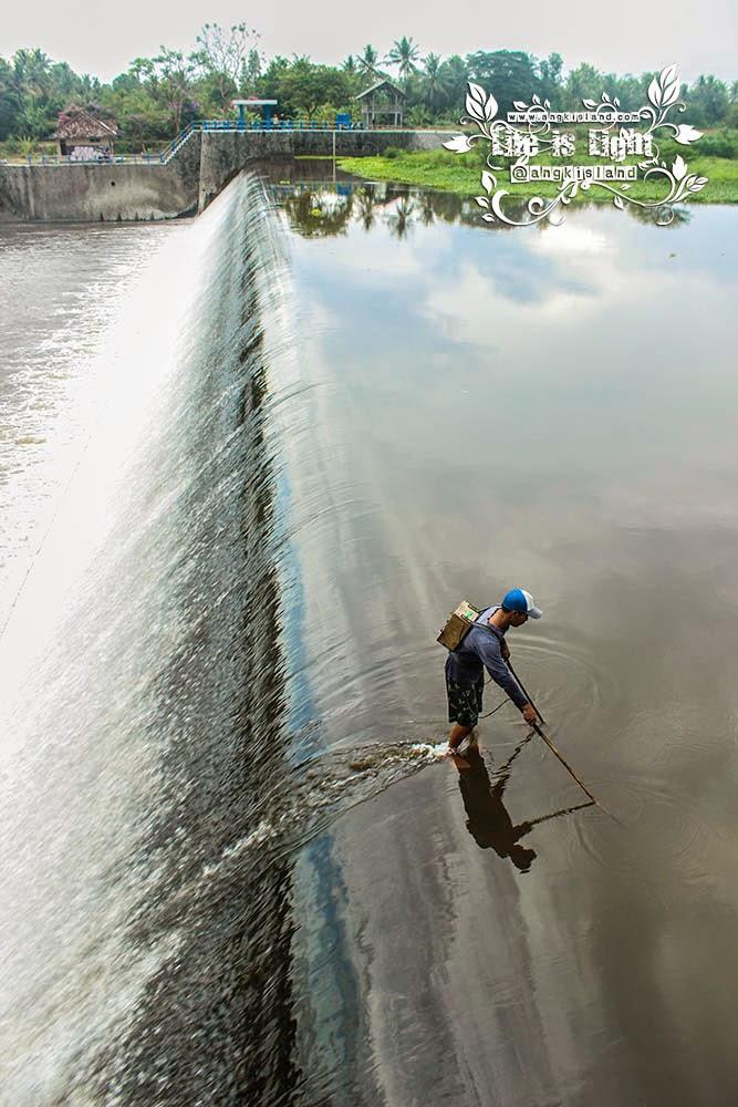 nelayan bendung tegal