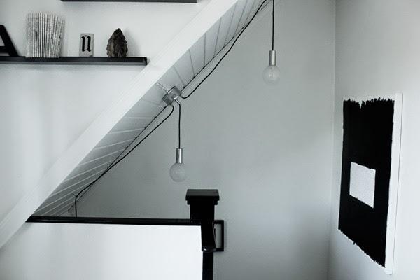 hall med snedtak, sätta belysning i trappan, lampa för snedtak, yoko ono inspirerad tavla, svartvit tavla, tavlor i hallen,