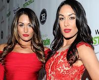 Pelinegras, muy parecidas modelando para la popular marca de lucha libre WWE