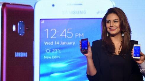 Η Ινδός ηθοποιός του Bollywood Huma Qureshi παρουσίασε το νέο Samsung Ζ1 στο Νέο Δελχί.