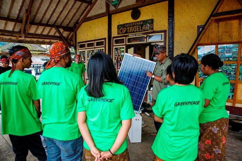 Greenpeace Pasang  Panel Surya di Kesepuhan Ciptagelar