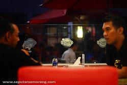 Nongkrong bersama kawan di cafe