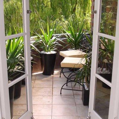 varanda moderna com vasos