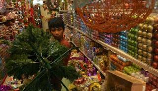 pengurus gereja kristen pasundan Depok yang membuat pohon natal tidak biasa mereka memanfaatkan gelas plastik untuk dijadikan pohon natal unik